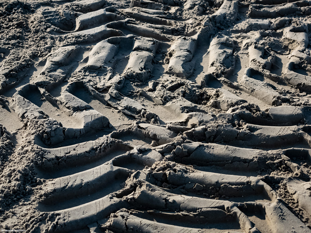 Strand, Sand, Reifenspuren